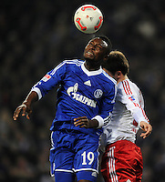 FUSSBALL   1. BUNDESLIGA    SAISON 2012/2013    14. Spieltag   Hamburger SV - FC Schalke 04                               27.11.2012 Chinedu Obasi (FC Schalke 04) gegen Milan Badelj (re, Hamburger SV)