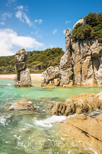 Granite rock formations on Anapai Bay on Abel Tasman Coast Track, Abel Tasman National Park, Nelson Region, South Island, New Zealand