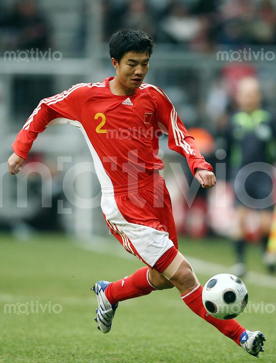FUSSBALL   INTERNATIONAL      TESTSPIEL                SAISON 2007/2008            FC Bayern Muenchen - Olympiaauswahl China                   12.01.2008 Wang Son TAN (China), Einzelaktion am Ball.