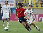 Fussball INTERNATIONAL EURO 2004 Spanien - Russland Raul (ESP,li) gegen Dmitri Bulykin (RUS)
