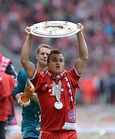 Fussball 1. Bundesliga   Saison  2012/2013   34. Spieltag   FC Bayern Muenchen  - FC Augsburg     11.05.2013 JUBEL; Deutscher Meister 2012/2013 FC Bayern Muenchen Xherdan Shaqiri mit Schale