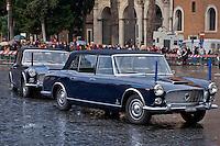 Roma 3 Febbraio 2015<br /> L'Arrivo a Piazza Venezia dell'auto presidenziale, la Lancia Flaminia 335 del 1961, ( con una dello stesso modella di scorta),che porter&agrave; il nuovo Presidente della Repubblica, Sergio Mattarella, al Quirinale.<br /> Rome February 3, 2015<br /> The Arrival in Piazza Venezia,of the presidential car, the Lancia Flaminia 335, 1961, (with the same model spare), which will lead the new President of the Republic, Sergio Mattarella, at the Quirinale.