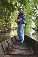 Europe/France/Poitou-Charentes/79/Deux-Sèvres/Arçais: Jean-Jacques Lamberton dit Tonton, batelier du Marais Poitevin rentre en barque de la recherche des escargots du Marais Poitevin dits  lumas AUTO N°2010-109