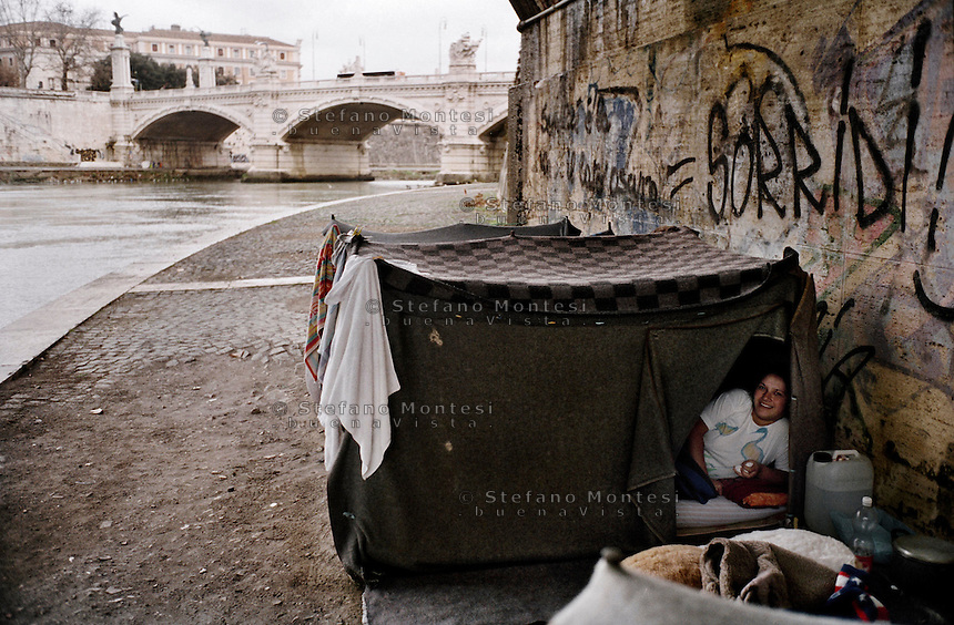 Roma Gennaio 2006.Ragazza romena vive in una baracca che si è costruita sulla riva del Tevere  sotto il Ponte Principe Amedeo..Rome  January 2006.Romanian girl lives in a shack that was built on the banks of the Tiber below the Ponte Principe Amedeo.