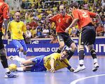 Fussball  International  FIFA  FUTSAL WM 2008   19.10.2008 Finale Brasilien - Spanien Brazil -  Spain Alvaro und Ortitz (von rechts, ESP) gegen Falcao (unten, BRA) und Ari (BRA)