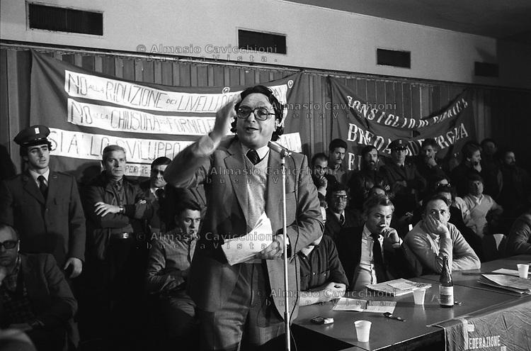 Novembre 1981 Milano:  Gianni De Michelis all' assemblea dei lavoratori della Breda contro la chiusura della fabbrica<br /> November 1981 Milan: Gianni De Michelis at the assembly of the Breda workers against the closure of the factory