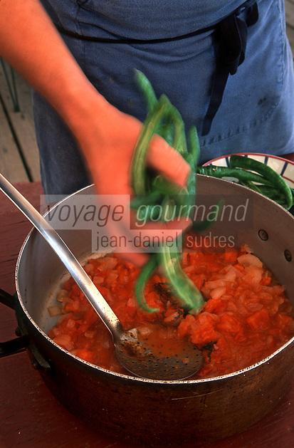 Europe/France/Aquitaine/64/Pyrénées-Atlantiques/Ahetze: Préparation de la piperade basque  piment doux d'anglet,tomate oignon et un zeste de piment d' Espelette - Recette de la ferme Ostalapia