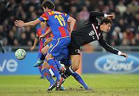 FUSSBALL   CHAMPIONS LEAGUE   SAISON 2011/2012  Achtelfinale Hinspiel   22.02.2012 FC Basel - FC Bayern Muenchen  Mario Gomez (re, FC Bayern Muenchen) gegen David Abraham (li, FC Basel)