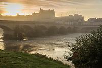 France, Indre-et-Loire (37), Amboise, Vallée de la Loire classée Patrimoine Mondial de l'UNESCO, château royal et la ville basse à l'aube // France, Indre et Loire, Amboise, Loire Valley listed as World Heritage by UNESCO, Chateau d'Amboise and the lower town