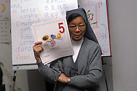Corso di lingua italiana per extracomunitari cinesi tenuto da una suora cattolica di origine cinese.<br /> Course of Italian language for  Chinese boys and girls. Catholic sister of origin Chinese teaches elementare level.