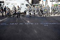 Roma 7 Luglio 2009.Manifestazione  contro in G8  in Piazza Barberini.Le Forze dell'Ordine bloccano via Veneto in direzione dell'Ambasciata degli Stati Uniti d'America.. Policemen secure the area near Piazza Barberini in center Rome during a demonstration against a G8 summit