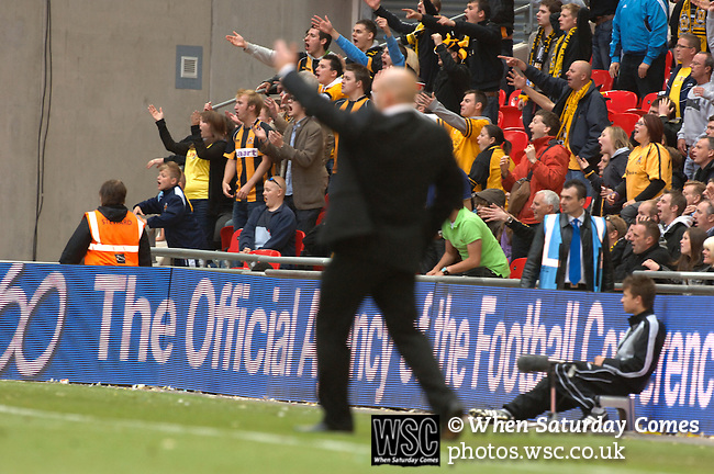 Torquay United 2 Cambridge United 0, 17/05/2009. Wembley Stadium, Conference Play Off Final. Gary Brabin and Cambridge supporters question a refereeing decision. Torquay United returned to the Football League after two years away following victory at Wembley. Photo by Simon Gill