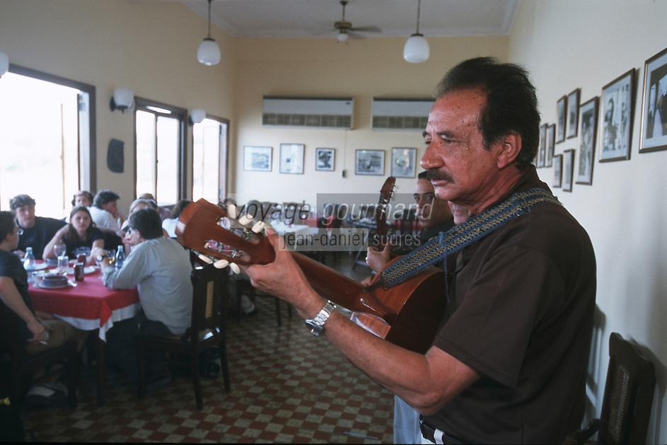 """Cuba/Env La Havane/Cojimar: Musiciens au restaurant """"la Terrazza"""" fréquenté par Ernest Hemingway [son bateau était arrimé à Cojimar]"""
