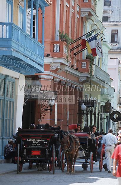 Cuba/La Havane: Voiture à cheval et façades de la Calle Obispo avec hôtel Ambos Mundos