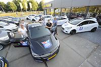 IJSHOCKEY: HEERENVEEN: Uitreiking sponsorauto's bij Opel dealer Siton in Heerenveen aan een selectie van ijshockeyspelers en de coach van de UNIS Flyers, v.l.n.r. Ronald Wurm, Kevin Nijland, Marco Postma, Yan Turcotte, coach Mike Nason, Pipo Limnell, ©foto Martin de Jong