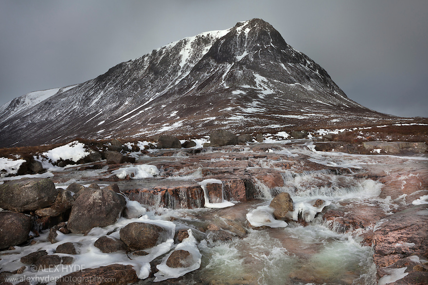 The River Dee flowing past the Devil's Point. Cairngorms National Park, Grampian Mountains, Scotland, UK, February.