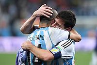 FUSSBALL WM 2014                HALBFINALE Niederlande - Argentinien       09.07.2014 Javier Mascherano (li) und Lionel Messi (Argentinien) jubeln ueber den Einzug in das Finale