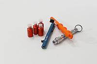 Nødraketter og utskyningspenner. ---- Emergency flares.