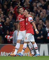 FUSSBALL   CHAMPIONS LEAGUE   VORRUNDE     SAISON 2013/2014    Arsenal London - SSC Neapel   01.10.2013 Olivier Giroud und Mesut Oezil (v.l., beide Arsenal) jubeln