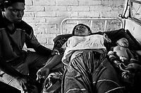 A 15 year old Indigenous girl is recovering from a blood transfusion; her husband of 16 has been next to her for more than a day, unable to stop pressuring the arm of his wife for fear of bleeding..Una muchacha indigena de 15 años, se recupera de una transfusión de sangre, su marido de 16 está a su lado hace más de un día, no quiere dejar de presionar el brazo de su esposa por miedo a que sangre. Paraguay is along with Haiti, the country with more babies death during their delivery. The country also leads the statistics of young mothers.On the other side, ilegal abortion is the main cause of death of women under 19 years old.