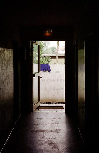 Fluechtlingswohnheim in der niedersaechsischen Kleinstadt Celle. Um das Heim wurde im Juli 2000 eine Fertigbetonmauer gebaut, weil sich Anwohner aus der Umgebung des Heimes ueber den Handel mit Drogen beschwerten. Um die Mauer, gab es in der Oeffentlichkeit heftige Diskussionen.<br /> 27.9.2000, Celle<br /> Copyright: Christian-Ditsch.de<br /> [Inhaltsveraendernde Manipulation des Fotos nur nach ausdruecklicher Genehmigung des Fotografen. Vereinbarungen ueber Abtretung von Persoenlichkeitsrechten/Model Release der abgebildeten Person/Personen liegen nicht vor. NO MODEL RELEASE! Nur fuer Redaktionelle Zwecke. Don't publish without copyright Christian-Ditsch.de, Veroeffentlichung nur mit Fotografennennung, sowie gegen Honorar, MwSt. und Beleg. Konto: I N G - D i B a, IBAN DE58500105175400192269, BIC INGDDEFFXXX, Kontakt: post@christian-ditsch.de<br /> Bei der Bearbeitung der Dateiinformationen darf die Urheberkennzeichnung in den EXIF- und  IPTC-Daten nicht entfernt werden, diese sind in digitalen Medien nach &sect;95c UrhG rechtlich gesch&uuml;tzt. Der Urhebervermerk wird gemaess &sect;13 UrhG verlangt.]
