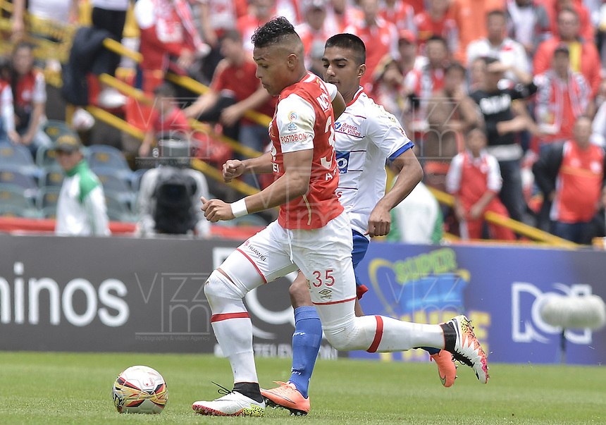 BOGOTÁ -COLOMBIA, 17-04-2016. Anthony Otero (Izq.) jugador de Santa Fe disputa el balón con Leandro Velasquez (Der.) jugador de Pasto durante partido entre Independiente Santa Fe y Deportivo Pasto por la fecha 13 de la Liga Aguila I 2016 jugado en el estadio Nemesio Camacho El Campin de la ciudad de Bogota.  / Anthony Otero (L) player of Santa Fe struggles for the ball with Leandro Velasquez (R) player of Pasto during match batween Independiente Santa Fe and Deportivo Pasto for date 13 of the Liga Aguila I 2016 played at the Nemesio Camacho El Campin Stadium in Bogota city. Photo: VizzorImage/ Gabriel Aponte / Staff
