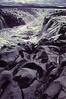 ISLANDA: paesaggio vulcanico: delle cascate scendono da delle rocce laviche.