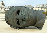 FRANCIA - Parigi - Giardini delle Tuileries - ottobre 2004 - Mostra di sculture di IGOR MITORAJ - EROS BENDATO bronzo 1999.In occasione dell'anno della Polonia vengono presentate a Parigi, dopo Cracovia, Varsavia e Roma una ventina di opere in bronzo e marmo - .Mitoraj nasce il 26/3/1944 a Oederan da madre polacca e padre francese -Ora vive tra Pietrasanta, dove ha lo studio, e Parigi
