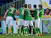 FUSSBALL   1. BUNDESLIGA   SAISON 2013/2014   7. SPIELTAG SV Werder Bremen - 1. FC Nuernberg                    29.09.2013 Trainer Robin Dutt (SV Werder Bremen)  wird nach dem 2:0 durch Eljero Elia umjubelt