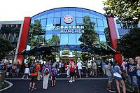 Fussball 1. Bundesliga:  Saison  Vorbereitung 2012/2013     Training beim FC Bayern Muenchen 17.08.2012 Fans beobachten das Training auf dem Trainingsgelaende an der Saebenerstrasse hier vor der Geschaeftsstelle