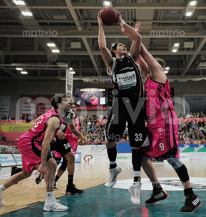 Basketball   1. Bundesliga 2009/2010  22.04.2010 Walter Tigers Tuebingen -   Telekom Baskets Bonn Dane Watts  (Mitte, Tigers) gegen  John Bowler (re, Telekom Baskets)  und Jared Jordan (li, Telekom Baskets)