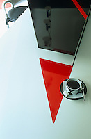 The surface of the kitchen worktop has a red and black triangular motif