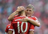 Fussball  1. Bundesliga  Saison 2013/2014  3. Spieltag FC Bayern Muenchen - 1. FC Nuernberg       24.08.2013 JUBEL FC Bayern Muenchen; Bastian Schweinsteiger (re) umarmt den Torschuetzen zum 2-0 Arjen Robben