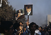 Iran - DEMONSTRATION AGAINST THE SHAH. THE CROWD BURN PORTRAIT OF THE SHAH  Tehran  Iran        manifestation anti chah  1979, la foule br?le les portraits du dictateur  Teheran  Iran       L0007594  /  R00500  /  P112719