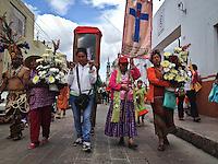Quer&eacute;taro, Qro. 12 de septiembre de 2014.-  Con la peregrinaci&oacute;n y misa de los pajareros, inician formalmente las festividades de la Santa Cruz de los Milagros. Esta en la fiesta grande que amalgama la historia y los rituales indigenas. Durante los siguientes tres d&iacute;as el templo y el atro del convento de la Cruz se llenar&aacute; de las mesas de concheros. Se espera que este a&ntilde;o supere a los m&aacute;s de 5 mil danzantes y personas que se reunen simult&aacute;neamente en en atrio, plaza fundadores y calles aleda&ntilde;as para esta festividad. <br />  <br /> <br /> Foto: Demian Ch&aacute;vez / Obture Press Agency.