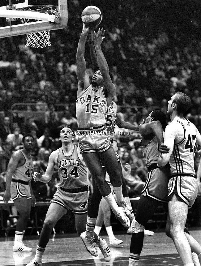 Oakland Oaks vs Denver 1969 ABA Playoff game in oakland. (photo/Ron Riesterer)