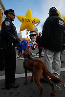 A Member of the New York City Police department stands guard with a sniffing dog during the 89th Macy's Thanksgiving Annual Day Parade in the Manhattan borough of New York.  11/26/2015. Eduardo MunozAlvarez/VIEWpress