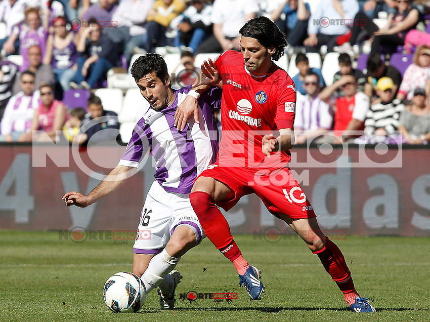 Real Valladolid's LLuis Sastre (l) and Getafe's Angel Lafita during La Liga match.April 13,2013. (ALTERPHOTOS/Acero)