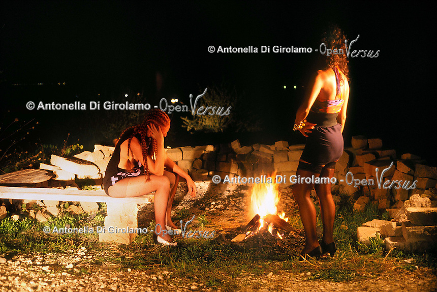 Prostitute per strada mentre aspettano i clienti. Prostitutes on the street while waiting for customers...