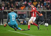 Fussball  1. Bundesliga  Saison 2016/2017  16. Spieltag  FC Bayern Muenchen - RB Leipzig        21.12.2016 Jubel: Robert Lewandowski (re, FC Bayern Muenchen) gegen Torwart Peter Gulacsi (li, RB Leipzig)
