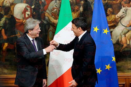 Cerimonia della campanella, Renzi regala a Gentiloni maglietta di Amatrice