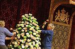 Foto: VidiPhoto<br /> <br /> DEN HAAG - Naast de troon van Koning Willem-Alexander in de Ridderzaal in Den Haag, wordt maandag koortsachtig gewerkt aan bloemenversieringen. Onder leiding van de Scheveningse bloemist Ton Verzijl, worden zowel naast de troon als langs de houten lambrizeringen decoraties van chrysanten en rozen aangebracht voor Prinsjesdag. De bloemen zijn afkomstig van chrysantenkweker Ronald Olsthoorn uit De Lier en rozenkweker Wesley Meijer uit Delfgauw. In totaal worden bijna 3000 pluischrysanten en grootbloemige rozen gebruikt. Dit jaar is gekozen voor witte en roze tinten. Na Prinsjesdag worden de bloemwerken bij diverse verzorgings- en verpleeghuizen in de regio Den Haag aangeboden.