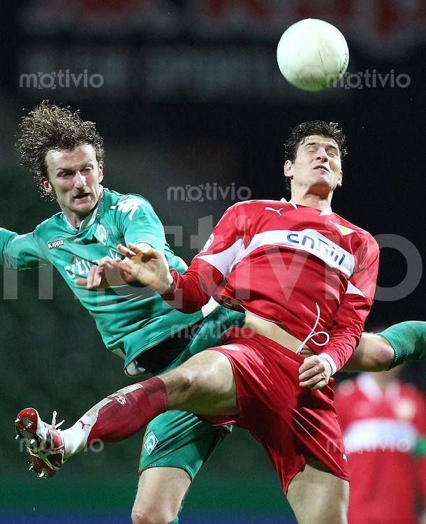 FUSSBALL   DFB POKAL   ACHTELFINALE   SAISON S007/2008 Werder Bremen II - VfB Stuttgart           30.01.2008 Dominic PEITZ (li, Bremen) gegen Mario GOMEZ (re, Stuttgart)