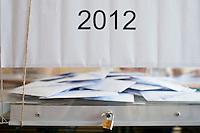 Atene,17 giugno 2012 elezioni politiche nazionali: un urna elettorale con la scritta 2012 in un seggio della citt&agrave;.<br /> Athens, June 17, 2012 national elections, voting<br /> Ath&egrave;nes, Juin 17, 2012 &eacute;lections nationales, les bureaux de vote