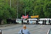 Nazi-Demo gegen Roma und Gegendemo in Ústí nad Labem: Polizisten sichern die Pufferzone zwischen den beiden Kundgebungen