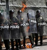 BOGOTA -COLOMBIA , 18- MARZO-2016. Miembros de la policia nacional son agredidos por los manifestantes con un coctel Molotov durante la marcha en apoyo al paro nacional./ Members of the national police are attacked by demonstrators with Molotov cocktails during the march in support of the national strikePhoto: VizzorImage / Felipe Caicedo / Staff