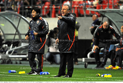(R-L)   Alberto Zaccheroni,  Daisuke Yano (JPN),.FEBRUARY 29, 2012 - Football / Soccer :.Japan head coach Alberto Zaccheroni gives instructions during the 2014 FIFA World Cup Asian Qualifiers Third round Group C match between Japan 0-1 Uzbekistan at Toyota Stadium in Aichi, Japan. (Photo by Takamoto Tokuhara/AFLO)