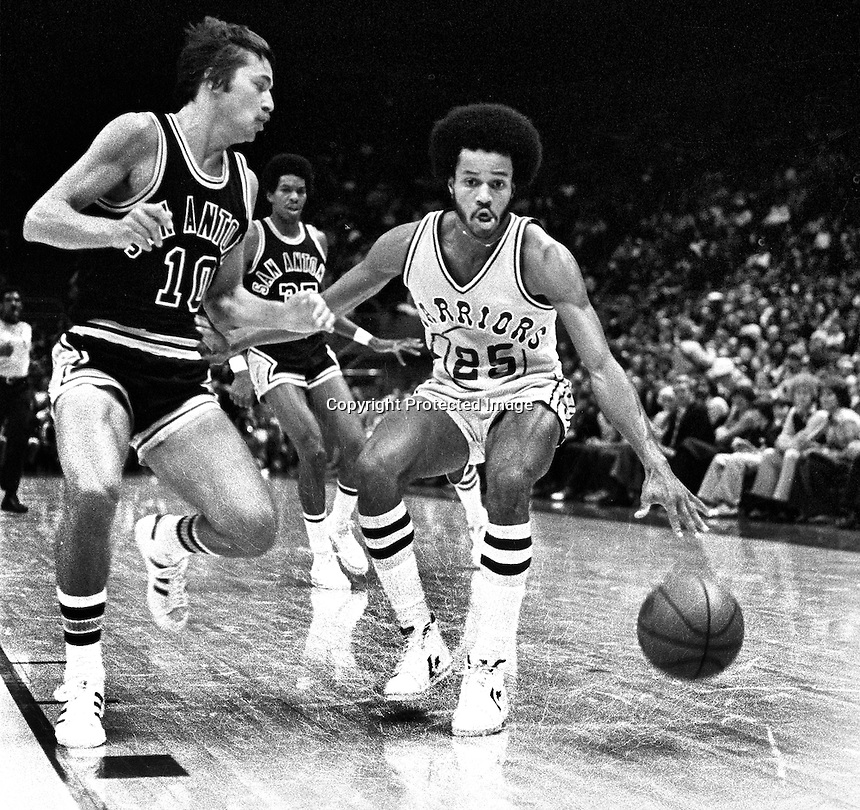 Golden State Warrior Rickey Green against San Antonio Spurs Mike Gale..(1977 photo/Ron Riesterer)