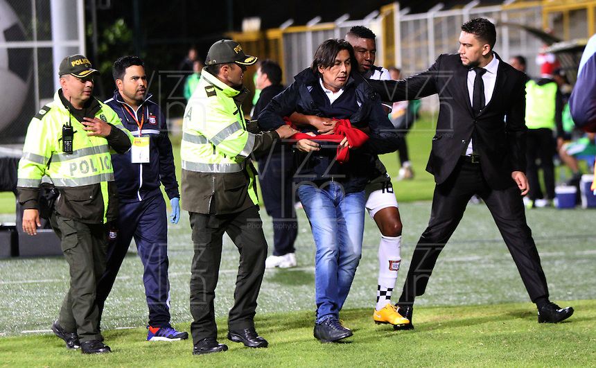 BOGOTA - COLOMBIA - 10-09-2015: Eduardo Pimentel director tecnico del Boyaca Chico Futbol Club ingresa al campo de juego y es detenido por los jugadores y sacado por la policia  durante partido  por la fecha 11 de la Liga Aguila II 2015 jugado en el estadio Metroplitano de Techo. / Eduardo Pimentel coach of Boyaca Chico Futbol Club enters the playing field and is stopped by the players and taken by police during a match against Equidad for the eleventh date of the Liga Aguila II 2015 played at Metroplitano de Techo  stadium in Bogota city. Photo: VizzorImage / Felipe Caicedo / Staff.