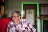 Der frühere Zöllner Miroslav Schwarz in einem Casino-Café in der Nähe der ehemaligen Grenzstation in Dolni Dvoriste - von 1955 bis 1989 lag der Ort am Eisernen Vorhang.